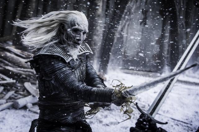 Белый Ходок разбивает лядяной меч в битве с Джоном Сноу.