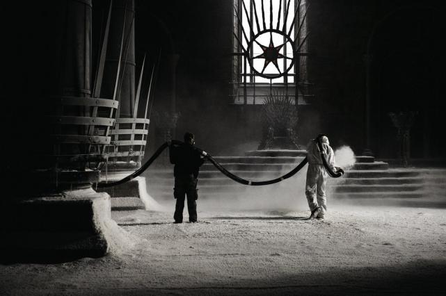Члены съемочной команды посыпают тронный зал искусственный снегом для 10 эпизода второго сезона.