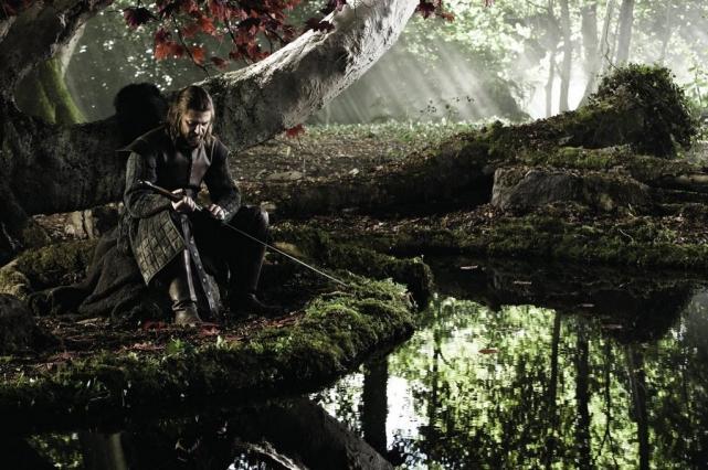 Фотография Эддарда «Нэда» Старка в пилотном эпизоде «Зима грядет».