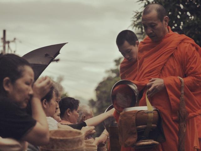 На фото утренняя раздача еды монахам. За счет туристов, которые тычут своими вспышками всем в лицо, все превращается в глупое представление, теряется обыденность и очарование всего этого.