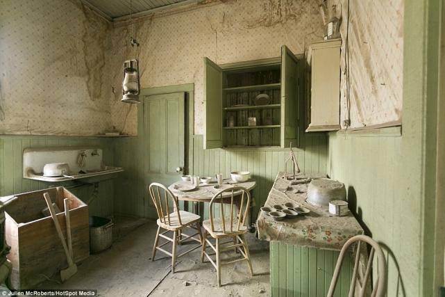 Посуда истоловые приборы остались лежать настолах– теперь изних едят призраки