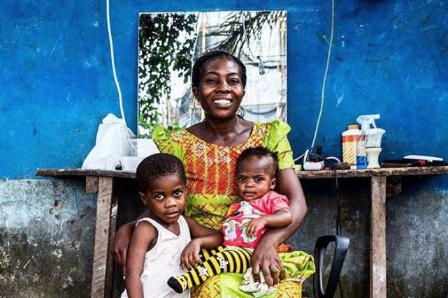 29-летняя мать с детьми: трех лет и шести месяцев, в семейной парикмахерской, которой заведует ее муж. Фото: @tomsaater/ Instagram