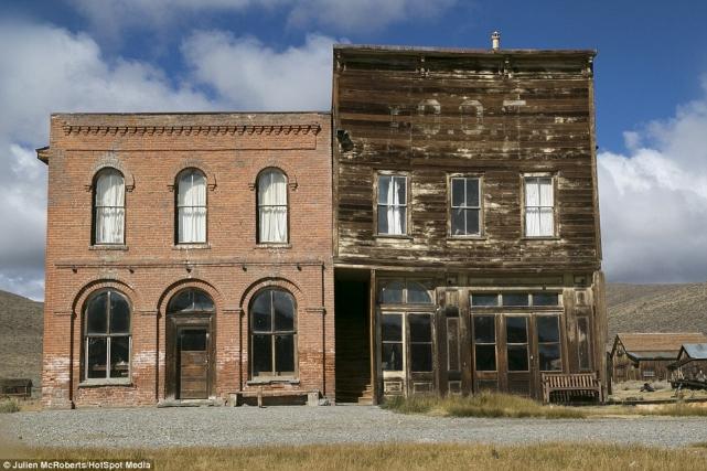 Таким был когда-то отель вБоди (слева), здание слева принадлежало профсоюзу