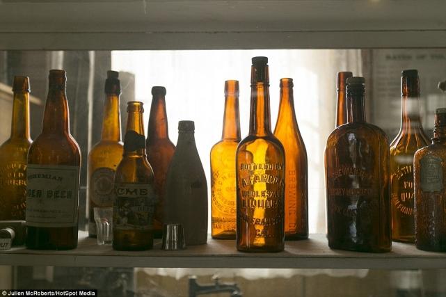 Старые бутылки изпод пива, виски иликеров бережно хранят вкус времен
