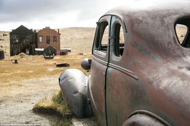 Ржавый автомобиль (предположительно «Шевроле» 1937года) навечной (неоплаченной) парковке вБоди