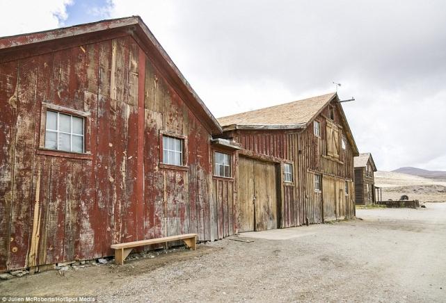 Вгороде были также стойбища для лошадей (нафото), железная дорога, общественные организации иклубы идаже тюрьма