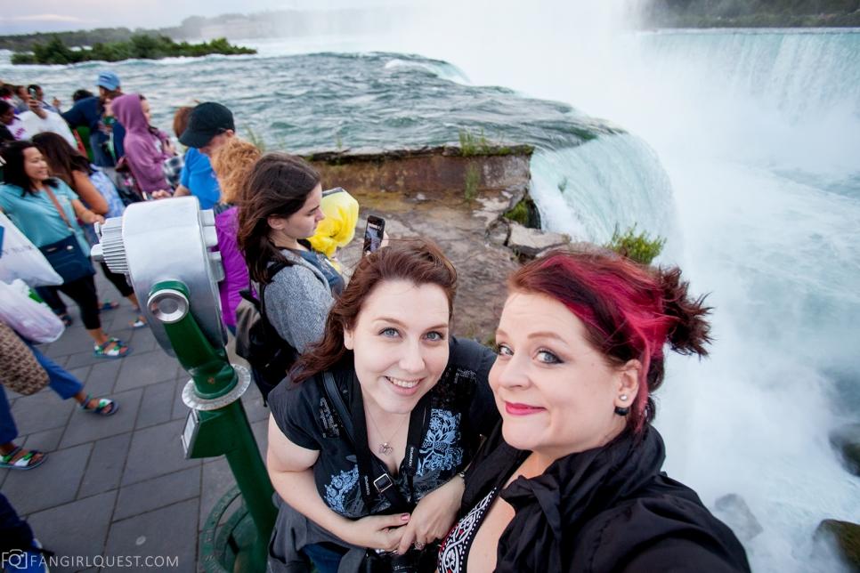 Сату и Тия у водопада. Скорее всего, Ниагарского