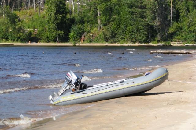 Устье реки Черная, лодка местного жителя