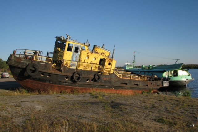 Старые корабль и ракета (справа)