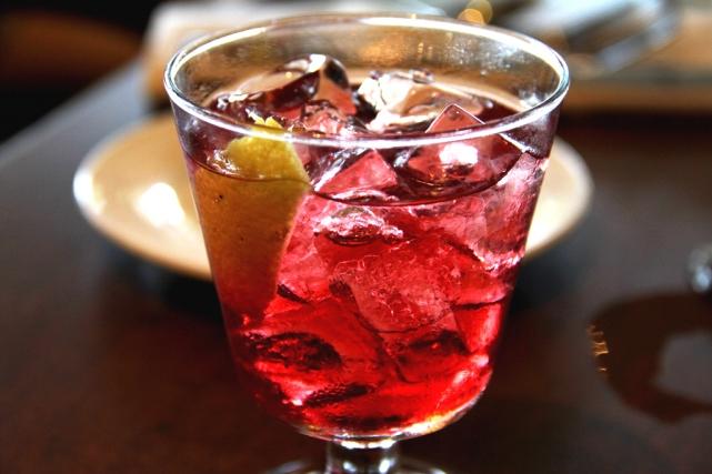 один из самых популярных коктейлей в италии на основе персикового пюре