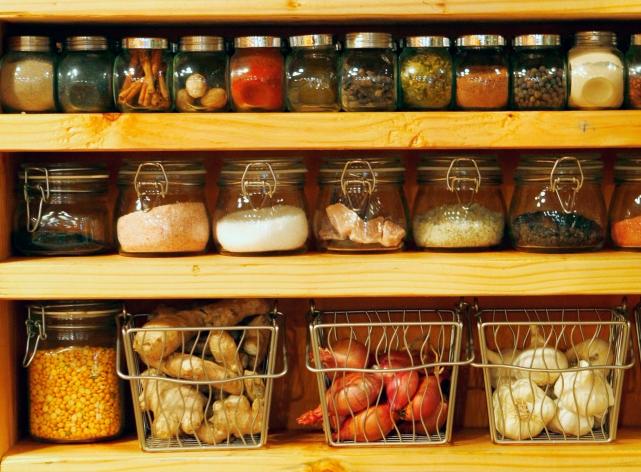 Открытая кухонная полка в итальянском стиле