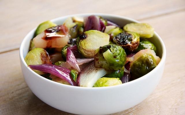 Салат из брюссельской капусты и лука с заправкой из бальзамического соуса и оливкового масла