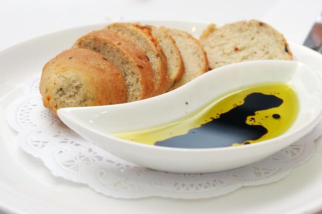 Ложка бальзамического уксуса в оливковом масле со свежим багетом– отличная закуска